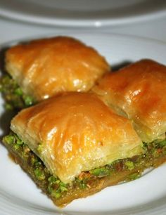 TURKEY - Baklava is made out of layers of phyllo pastry and filled with chopped nuts. The key to making a perfect baklava is the baking and of course the syrup. Lebanese Recipes, Turkish Recipes, Greek Recipes, Ethnic Recipes, Best Baklava Recipe, Baklava Recipe Pistachio, Turkish Sweets, Turkish Delight, Snacks