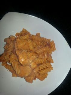 Creamy cajun chicken pasta. 500g diced chicken breast. 250g Mushrooms. 250g Peppers. 1-2 Tbsp Cajun Spice Mix. 1 Tub Kerry Low Low Cheese. 100 ml Chicken Stock. The recipe says 500g Pasta but I found this far too much so I use 250g. I also add diced onion and you can add sweetcorn if you like. Brown chicken and add mushroom and peppers for a couple of mins until soft. Add cajun spice mix and chicken stock and simmer while pasta cooks. When ready take chicken off heat and low low cheese and…