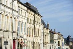 La Ville de BarleDuc est située entre Reims et Nancy, chef-lieu du département de la #Meuse. Au-delà de quelques empreintes du Moyen-Âge, la ville haute rayonne surtout par son héritage Renaissance du 16ème siècle. De magnifiques hôtels et demeures en pierre de taille s'offrent ainsi au regard du visiteur, dans un ensemble urbain classé secteur sauvegardé, l'un des ensembles urbains Renaissance les plus remarquables de France. Crédit photo : CDT Meuse/Guillaume RAMON