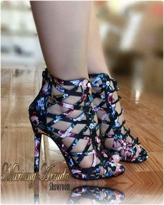Flower power Street Style Shoes, Shoe Wardrobe, All About Shoes, High Shoes, Platform Shoes, Pretty Shoes, Summer Shoes, Peep Toe, Sandals