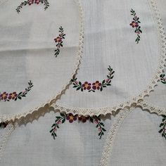 Flower Embroidery Designs, Crochet Tablecloth, Ceramic Painting, Piercings, Diy And Crafts, Cross Stitch, Cross Stitch Embroidery, Craft, Patch Quilt
