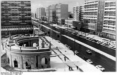 7-3-80 Berlin: Modernes und Historisches steht in der Leipziger Straße dicht beieinander. Die Spittelkolonnaden bilden einen reizvollen Kontrast zu den modernen Neubauten in diesem Viertel.