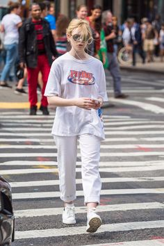 Elle Fanning Strolling In New York : ニューヨークの街をウロウロのエルたん ! Image Fashion, Look Fashion, Girl Fashion, Fashion Outfits, Womens Fashion, Lazy Day Outfits, Casual Outfits, Cute Outfits, Lazy College Outfit