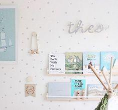 Un nuevo ejemplo de sencillez en el dormitorio infantil. Una propuesta de lo más interesante que nos muestra una paleta de colores suave, unos muebles sencillos y funcionales y encanto, mucho encanto; y es que en los pequeños detalles está la diferencia, y esta habitación tiene muchísimos. Una paleta de colores suave en el dormitorio …