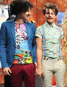 """thisdayinLarryhistory on Twitter: """"7 Apr 2012 🦚🌷 Harry and Louis get closey during a SNL skit.… """" Larry Stylinson, One Direction Humor, One Direction Pictures, Direction Quotes, Snl Skits, Larry Shippers, Harry Styles Pictures, Family Show, Louis And Harry"""