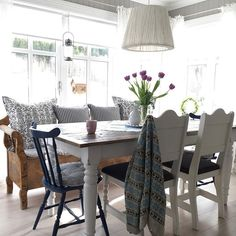~God TirsdagHappy Tuesday~ #spiseplass #kjøkken #kitchen #landligehjem #slagbenk #tulipaner