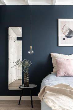 Donkere slaapkamer om bij weg te dromen - Amber Loves Design Blue Bedroom Walls, Bedroom Colors, Shelves In Bedroom, Farmhouse Bedroom Decor, Home Decor Bedroom, Bedroom Signs, Bedroom Ideas, Home Decoracion, Master Bedroom Design