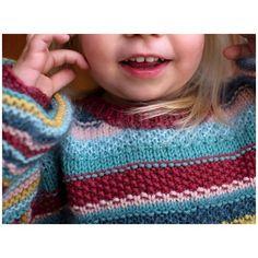 Pippi - en farveglad og temmelig skøn sweater - gratis PDF opskrift - Børn - gratis strikkeopskrifter - Tante Hanne Knitting For Kids, Knitting Projects, Baby Knitting, Wedding Table Deco, Nike Shox, Designer Baby, Trendy Outfits, Mittens, Chevron