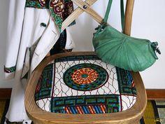 Pour ce quatrième et dernierAlinea Battle DIY qui m'oppose à Magali du blog du meilleur du DIY, j'ai eu envie de relooker cettechaise Alinea en m'inspirant des chaises en wax(tissu africain) qu'on a vues un peu partout dans la presse cette saison. Je trouvais que la chaise était belle en elle-même. Je n'avais pas vraiment Lire