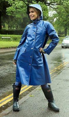 I like hunter boot and wader Blue Raincoat, Hooded Raincoat, Raincoats For Women, Jackets For Women, Imper Pvc, Rainy Day Fashion, Langer Mantel, Rain Jacket Women, Outfits