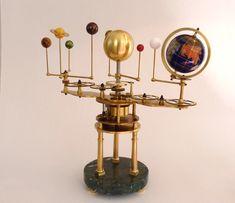 faux planétaire, en dehors du mouvement de la lune par rapport au soleil et la terre...Les autres planètes tournent mais pas autour du soleil, objet décoratif construit sur la base d'un mécanisme de barographe !...construction J.P. Delaby