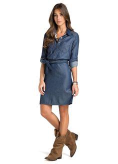 Vestido jeans com cinto e manga comprida com carcela para ajuste, possui dois bolsos frontais, além de fechamento por botão de pressão. É uma peça moderna e elegante, de modelagem Cold Shoulder Dress, Dresses For Work, Shirt Dress, Denim, Casual, Shirts, Clothes, Fashion, Women's Boots