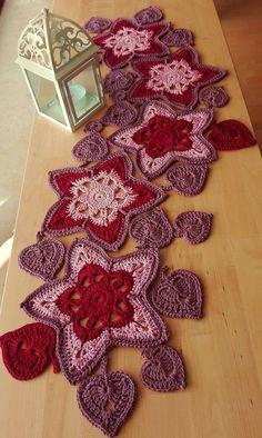 Table runner autumn & Christmas * - crochet instructions at Makerist Crochet Flower Patterns, Crochet Patterns Amigurumi, Crochet Doilies, Crochet Flowers, Crochet Decoration, Crochet Home Decor, Crochet Pillow, Crochet Hooks, Crochet Supplies