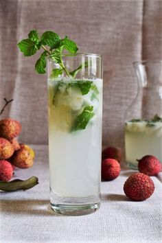 Lychee Mojito Lychee Mojito is a refreshing drink made easily. This is truly a summer delight. All the fresh ingredients have been used but one use the canned lychees too Mojito Drink, Mint Mojito, Lychee Juice Cocktail, Lychee Recipes, Mojito Recipe, Drink Recipes, Cocktail Recipes, Refreshing Drinks, Party