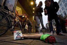 """Abbastanza macabra, ma di grande effetto questa azione di guerrilla realizzata per pubblicizzare l'uscita del Dvd del film """"Death Proof"""" di Quentin Tarantino. D'avanti ai principali cinema di Amesterdam è stato posizionato a terra un braccio mozzato e insanguinato che stringe in mano il Dvd. Una promozione non convenzionale di un film di Tarantino non poteva essere diversa! Da briiivido!!"""