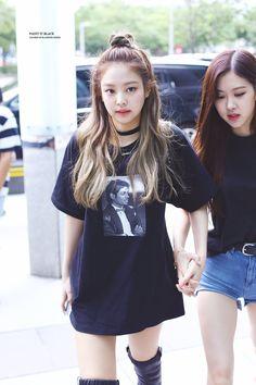 Jennie and Rose//BlackPink Blackpink Jennie, Blackpink Fashion, Korean Fashion, Kpop Girl Groups, Kpop Girls, Kim Jisoo, Blackpink Photos, Mode Streetwear, Airport Style