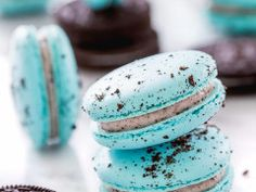 Oreo Cheesecake Macarons for the Oreo lover in you. A twist on the favourite cheesecake in a macaron. I flicked through a Patisserie book today and my eyes fell on a colour chart for macarons and the (Baking Desserts Macarons) Just Desserts, Delicious Desserts, Yummy Food, Healthy Desserts, Baking Recipes, Cookie Recipes, Dessert Recipes, Yummy Treats, Sweet Treats