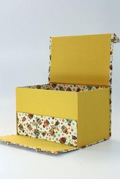 MALETA PORTA MAQUIAGEM G Cardboard Furniture, Cardboard Crafts, Paper Crafts, Diwali Craft, Fabric Boxes, Storage Bins, Storage Organization, Decoupage, Decorative Boxes