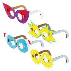 Mes 4 paires de lunette sont en carton recyclé. Lenfant assemble les différentes pièces sans utiliser de colle, ni de ciseaux. Il choisit sa monture préférée parmi celles proposées. Cette activité permet danimer un après-midi danniversaire à lintérieur ou à lextérieur de la maison, et de montrer aux invités comme il est simple de créer des objets amusants en carton !