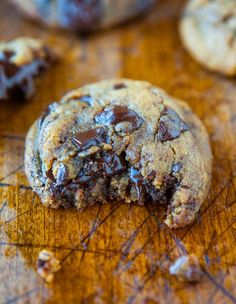 Peanut Butter Chocolate Chunk Cookies - The BEST PB Cookies. There's NO Flour, NO Butter, and NO White sugar used! Soft, chewy & oozing with dark chocolate. - Gluten free but not egg free. cookies to make when princess can eat eggs again. Köstliche Desserts, Delicious Desserts, Dessert Recipes, Yummy Food, Dessert Healthy, Chocolate Chunk Cookies, Chocolate Peanut Butter, Chocolate Food, Chocolate Chips