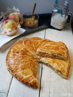 Galette des rois aux pommes - Blog de Châtaigne Traditional French Recipes, Candy Cakes, Happy Foods, French Pastries, French Food, Apple Recipes, Soul Food, Food And Drink, Cooking Recipes