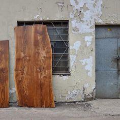 """""""Слэб"""" в переводе с английского- плита. В данном случае речь идет о """"плите"""" из натурального дерева, с его неповторимой красотой и индивидуальностью. Такие слэбы можно использовать как элементы мебели, так и как самостоятельные объекты декора. В последнее время, деревянные слэбы становятся все более популярными в оформлении интерьеров.  Хотим Вас порадовать, Мы занимаемся изготовлением таких вот красавцев!😉😎#слэб #деревянныйслэб #слэбиздерева #красивоедерево #красиваядоска #естественныйкрай…"""