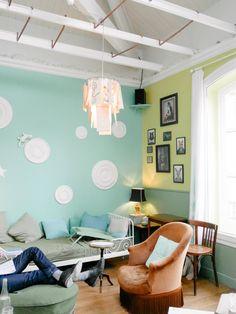 Vert menthe, vert sauge, vert anis : un trio de verts botaniques dans ce petit salon.