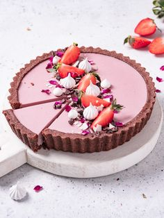 Chocolate, Strawberry and cardamom tart – foodie. Chocolate Ganache Tart, Vegan Chocolate, Chocolate Recipes, Strawberry Filling, Chocolate Strawberries, Frozen Strawberries, Cheesecake Decoration, Eclairs, Crack Crackers