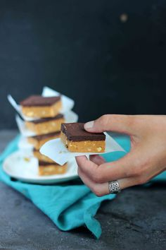 Zachte, chewy pindakaas- en chocolade fudge. Zo'n hapje waar je echt van kunt genieten. En zal ik eens wat vertellen? Zelfs een tweede stukje kan geen kwaad. Daar gaat mijn hart sneller van slaan. Zoals je weet ben ik dòl op pindakaas. Pindakaas en chocolade zijn altijd een goede combinatie, dus daarom kon dit recept