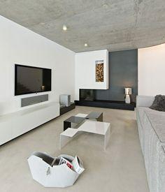 moderne Wohnung einrichten schwarzer Kamin Beistelltisch Fernsehschrank