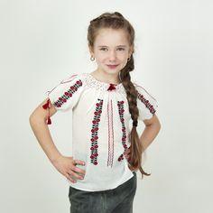 O frumoasa ie pentru fetite model Ciresica din panza topita alba brodata manual cu rosu si negru.