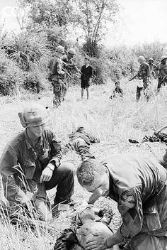 1966 US soldiers of the 1st Cavalry Division with North Vietnamese POWs, Vietnam