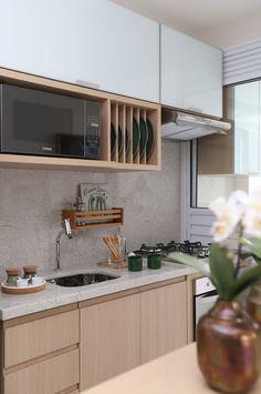 Cozinha pequena combina com armários claros. Os modelos altos, são espaçosos e modernos.