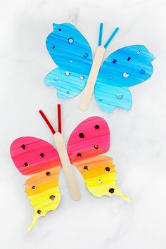 Looking for an easy and fun paper butterfly craft for kids? This fluttering butterfly craft includes a printable template, making it perfect for home, school, or special butterfly programs at Easy Arts And Crafts, Summer Crafts For Kids, Sand Crafts, Paper Crafts For Kids, Easy Diy Crafts, Craft Stick Crafts, Spring Crafts, Preschool Crafts, Art And Craft
