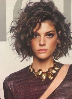 Messy and stunning ! Haircuts For Curly Hair, Short Wavy Hair, Curly Hair Tips, Curly Hair Styles, Great Hair, Hair Looks, Medium Hair Styles, Hair Lengths, Hair Inspiration