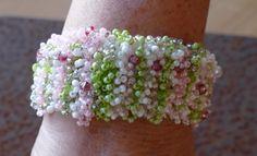 Armbänder - Häkelarmband rosa, hellgrünen und weißen Rocailles - ein Designerstück von perlenchris bei DaWanda
