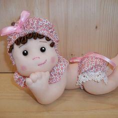 Liliana, soffice bambola di stoffa scolpita ad ago, fatta a mano su mio disegno. Adatta alla cameretta del bebè o può essere un regalo per la nascita o il Battesimo.