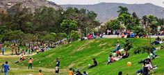 Sano esparcimiento familiar en el parque de una de las ubanizaciones populares de la gran Lima.