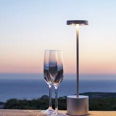 La LUXCIOLE est la plus puissante des lampes LED autonomes. Efficace puisqu'une une seule lampe suffit pour éclairer une table de 6 personnes. Sans fil, extérieur / intérieur , rechargeable, autonomie de plus de 25 H. Son design épuré qui s'intègre avec toutes les ambiances et les décorations. Lampe de table, de bureau, pour la terrasse et le bateau, elle est également parfaitement adaptée pour les hôtels, les restaurants et les professionnels de l'événementiel.