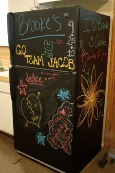 Chalk it Up: a Dozen Creative Chalkboard Ideas Paint Refrigerator, Painted Fridge, Chalkboard Fridge, Diy Chalkboard, Blackboard Paint, Diy Tableau Noir, Back To School Art, Chalk It Up, Organizing Ideas