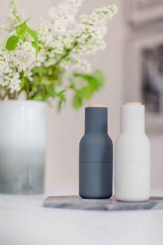 Das Mühlenset Bottle Grinder von MENU sieht aus wie eine modere Skulptur, ist ein stilsicherer Akzent für jede Küche und passt hervorragend zum Skandi-Stil.