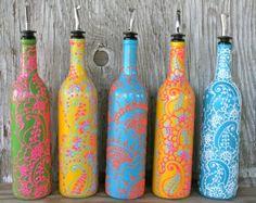 Arco iris de aceite de oliva o vinagre dispensador de botella de vino re-purposed  Agregue un cierto color a su cocina! Esta botella de arco iris de una vieja botella de vino estará segura alegrar cualquier día. He pintados un patrón de arco iris en la botella de vino y un diseño de estilo henna floral blanco pintadas con aerosol.  Hace una botella de gran dispensador de todas las clases de líquidos incluyendo,  ~ de aceite de oliva y vinagre ~ plato de jabón ~ jarabes simples ~ licor…