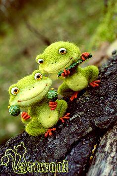 Лягушачий дуэт - лягушонок,лягушка игрушка,лягушка,музыкант,музыкальные инструменты