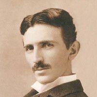 """Nikola Tesla foi um gênio multi-disciplinar. Sua descoberta do campo magnético rotativo, em 1882, levou a uma série de patentes nos EUA em 1888, que nos deu o sistema de energia elétrica AC ainda em uso hoje. Esta conquista lhe rendeu a honra de ser chamado de """"o homem que inventou o século 20""""."""