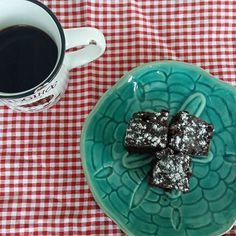 Primeiramente bom dia! Café quentinho com pedaços do nosso Brownie sem glúten e lactose. #brownie #glutenfree #lactosefree   @donamanteiga #donamanteiga #danusapenna #gastronomia #food #dessert #pie www.donamanteiga.com.br