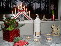 Joulupöydän koristeet. Ihana kynttiläpönttömuuri ja asetelmaan sopivat kukat mieheltäni.