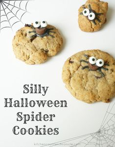 How much fun are these simple Halloween spider cookies - Complete with a delicious whole wheat chocolate chip cookie recipe. Easy Halloween Food, Halloween Crafts For Kids, Halloween Cookies, Halloween Spider, Halloween Treats, Homemade Halloween, Cookie Recipes, Dessert Recipes, Top Recipes