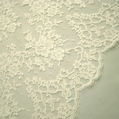 Love this Chantilly lace. I'd like to use this detail on my wedding cake.