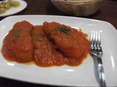 Todo lo que lleva el apellido en tomate suele estar bueno. El tapatólogo Manolo Muñoz Picos habla de este bacalao en tomate que ha probado en el Bar La Plaza de Puerto Real. Otros tapatólogos recomiendan ensaladilla, pollo a la mora, croquetas o un moderno cuolan de morcilla. Son las recomendaciones de los lectores de Cosasdecome. http://www.cosasdecome.es/agenda/las-recomendaciones-de-los-tapatologos/