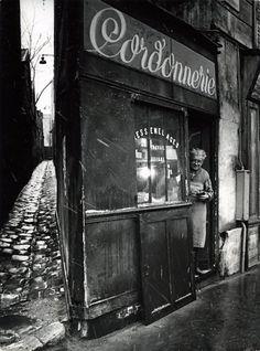 Le cordonnier de la rue Pixérécourt. 1974. Robert Doisneau. Atelier Robert Doisneau | Site officiel